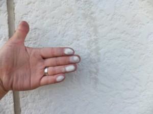 モルタル壁のチョーキング現象